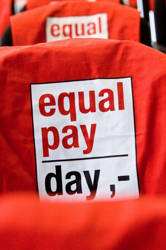 Rote Tasche mit Aufschrift Equal Pay Day