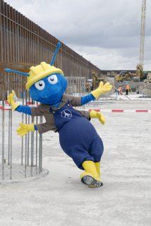 Baustellenmaskottchen Armin die Ameise war 2007 noch zuversichtlich (Foto: Alexander Obst / Marion Schmieding, Flughafen Berlin)