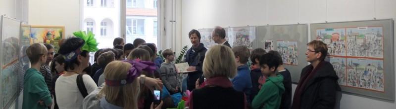 Christian Badel und Bürgermeister Köhne von Kindern umringt