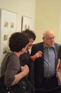 Gespräche während der Eröffnung: Karin Manns (mitte), Dr. Simon (rechts)