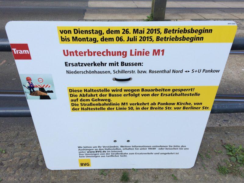 Infoschild an der Haltestelle vor dem Rathauscenter