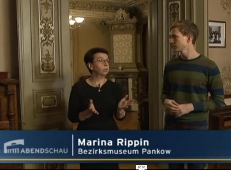 Reporter Arndt Breitfeld beim Museumsrundgang
